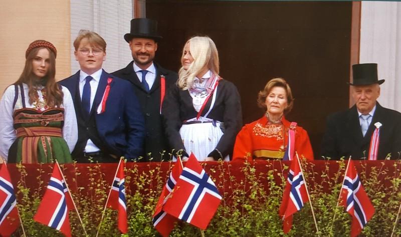Kongefamilien fra slottet - NrkTV 17. mai