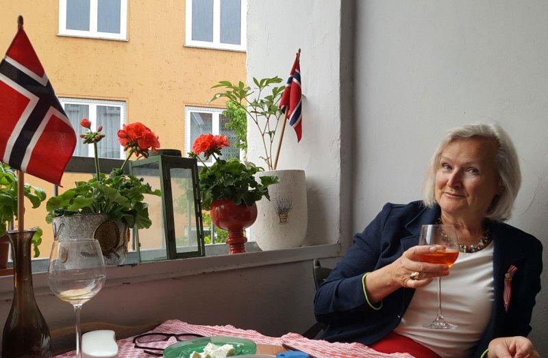 Åse Lie skåler for 17. mai