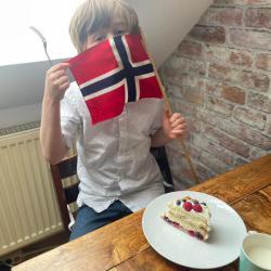 Tim nyter mormor Evelyns bløtkake og flagget..